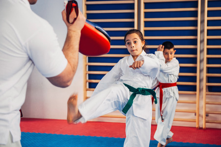 Tae kwon do instructor en entrenamiento con niños