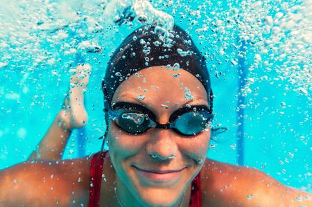 Vrouwelijke zwemmer onderwater Stockfoto