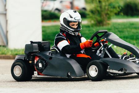 motorizado: Mujer que conduce el kart en una pista deportiva Foto de archivo