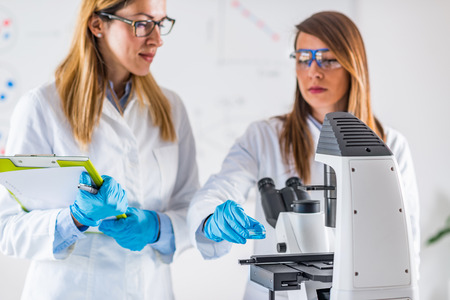 petri: Biotechnology. Female scientists working in laboratory Stock Photo