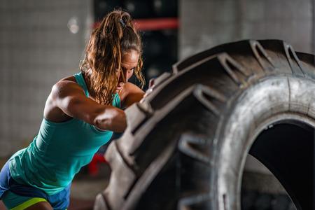 女性アスリートのタイヤと運動