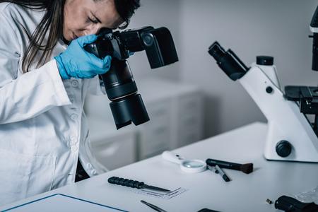 연구소의 법의학 과학. 혈액 증거와 나이프를 촬영 법의학 과학자
