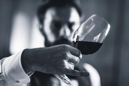 ソムリエの試飲赤ワイン 写真素材