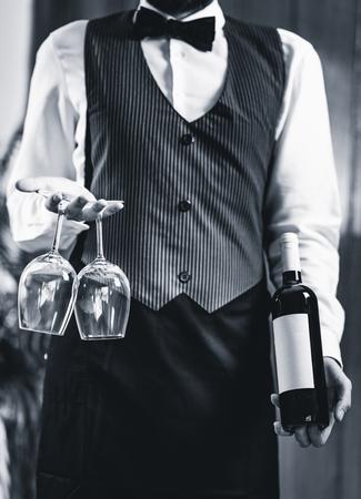 ソムリエは、ワインのボトルとワイングラスを保持 写真素材