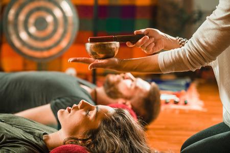 Tibetische Klangschale in Klangtherapie Standard-Bild