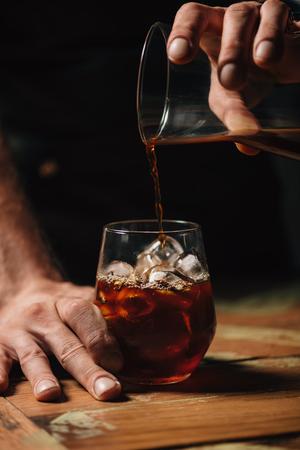 콜드 브루 커피 따르기 스톡 콘텐츠 - 108303063