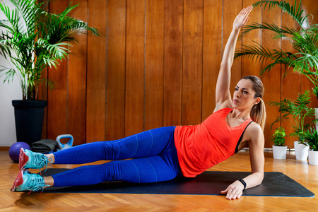 Woman training abdominals on High-intensity interval training at home Banque d'images