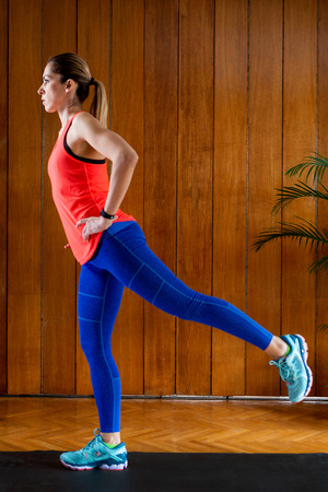 Woman doing lunges on High-intensity interval training at home Banque d'images