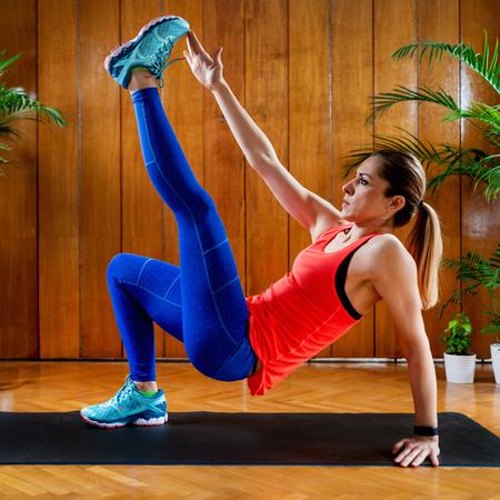 Femme faisant un entraînement par intervalles à haute intensité à la maison