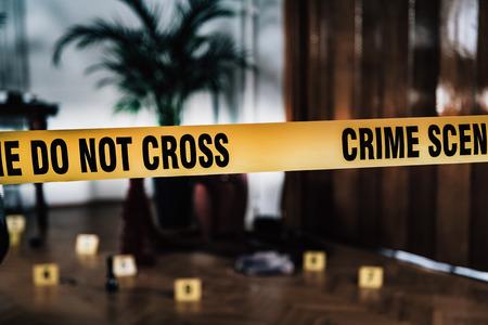 Ciencia forense. Experto forense recolectando pistas de la escena del crimen. Foto de archivo