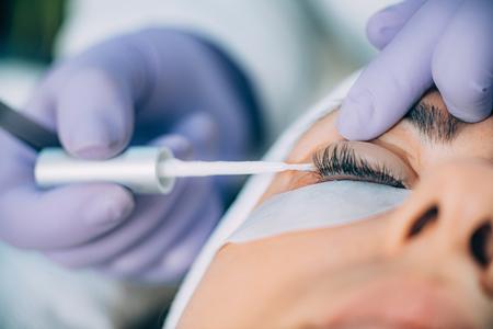 Cosmetologo che fa il lifting delle ciglia