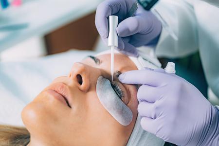 Kosmetikerin beim Wimpernlifting
