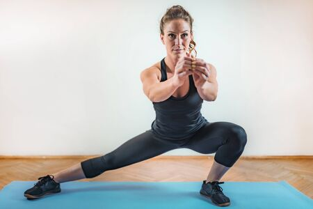 Esercizio di affondi laterali. HIIT o allenamento ad intervalli ad alta intensità indoor