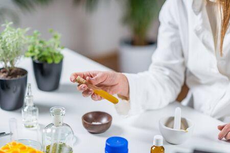 Homöopathie-Labor. Homöopath, der alternative Kräutermedizin vorbereitet.