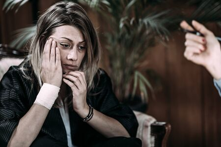 Depressed Woman in Session with Psychotherapist, Mental Health Concept. PTSD -Post Traumatic Stress Disorder Stockfoto