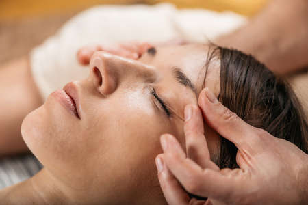 Thai Facial Anti Age Massage - Acupressure Techniques of Traditional Thai Massage Archivio Fotografico