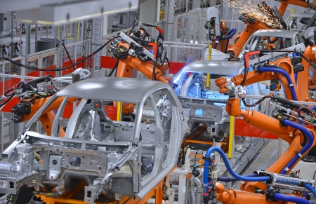 asamblea: robots de soldadura en una fábrica de automóviles