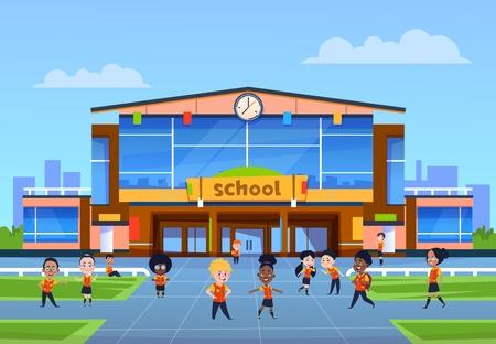 Enfants au bâtiment de l'école. Les enfants de la bande dessinée en uniforme jouent dans la cour devant le collège. Retour à l'école, fond de vecteur d'éducation. Enseignement collégial, illustration de l'architecture du bâtiment scolaire