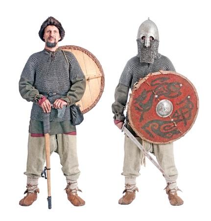 vikingo: retrato de cuerpo de soldados con casco medieval, cotas, escudos, espadas y hachas, aisladas sobre fondo blanco Foto de archivo