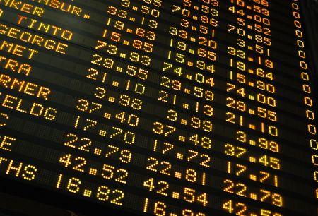 stock brokers: Los precios de las acciones cotizadas en una tarjeta electr�nica  Foto de archivo