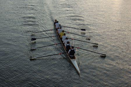 kayak: Vroege ochtend roeiers opleiding op het gebied van de rivier.