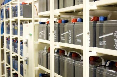 piles: Cordes de batteries pour l'alimentation ininterrompue (UPS) pour un datacenter. Un commutateur de transfert se situe entre les deux batteries. Banque d'images