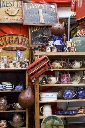 tr�delmarkt: Sammlung von Items in einem Londoner Antiquit�tengesch�ft Lizenzfreie Bilder