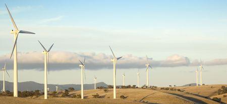 windfarm: Los grandes aerogeneradores se alinean a lo largo de la cima de la colina, como parte de una producci�n de energ�a WindFarm.  Foto de archivo
