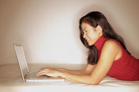 woman profile: Woman using laptop, profile LANG_EVOIMAGES
