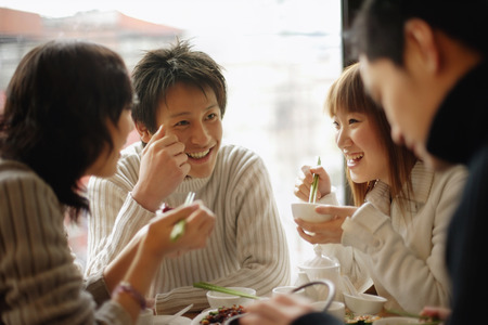 中国のレストランで食べている友人のグループ