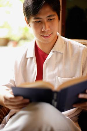 Hombre leyendo un libro, retrato Foto de archivo - 66993533