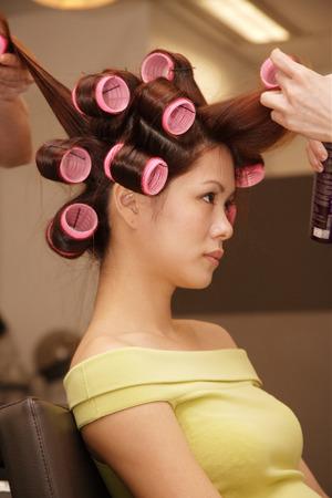 美容室髪を結ってを得る若い女性