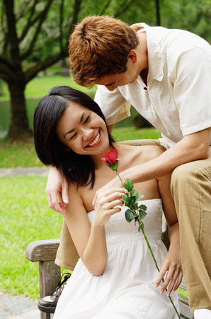 pantalones abajo: Couple on park bench, woman holding a rose