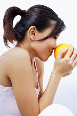 percepción: Mujer con olor a naranja, vista lateral