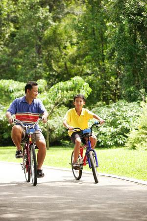 父と息子のサイクリング、サイド バイ サイド