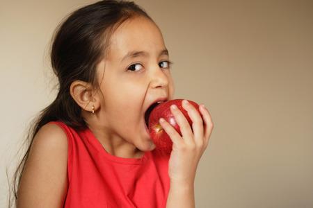 사과에 물어 뜯고 어린 소녀