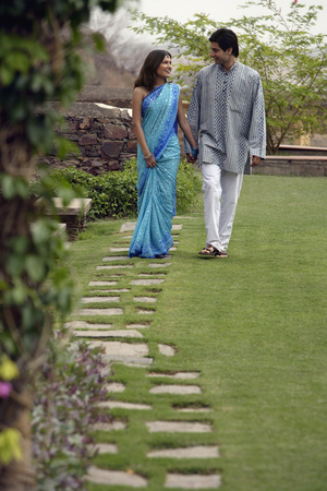 kurta: young couple walking in garden LANG_EVOIMAGES