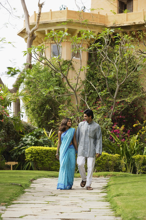 kurta: young couple in garden LANG_EVOIMAGES
