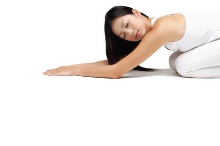 mujer arrodillada: Mujer de rodillas en el piso