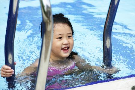 はしごを登る、プールで泳いでいる少女