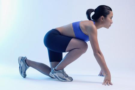 mujer arrodillada: Mujer de rodillas en la posición de partida, mirando hacia arriba, vista lateral LANG_EVOIMAGES