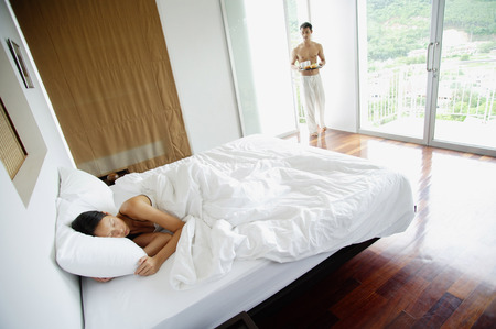 pantalones abajo: Woman in bedroom, sleeping, man walking in with tray LANG_EVOIMAGES