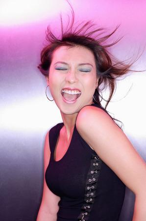boca cerrada: Mujer con los ojos cerrados, la boca abierta, con el pelo soplado viento