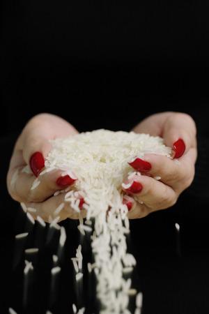 手のひらで米を保持している女性