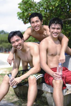 nackte brust: Drei Männer ohne Hemden, Blick in die Kamera LANG_EVOIMAGES