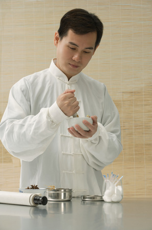 medicina tradicional china: Doctor experimenting with traditional Chinese medicine