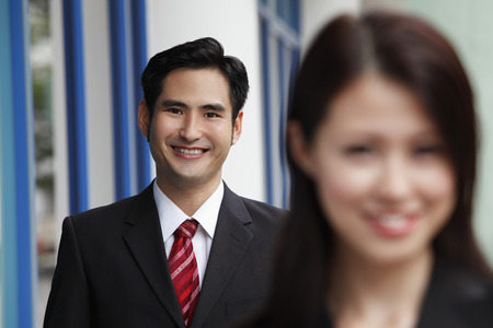 dentro fuera: man smiling with woman in out of focus in foreground