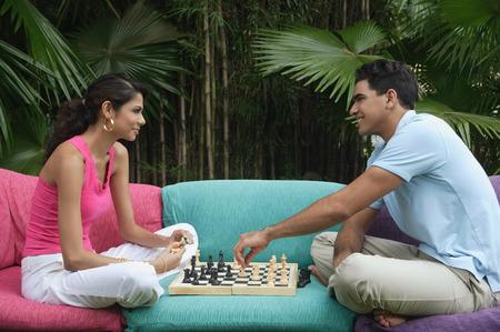 jugando ajedrez: Pareja jugando al ajedrez al aire libre LANG_EVOIMAGES