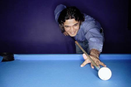 Man shooting pool Archivio Fotografico