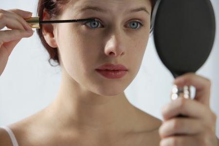 Mujer aplicando rimel LANG_EVOIMAGES